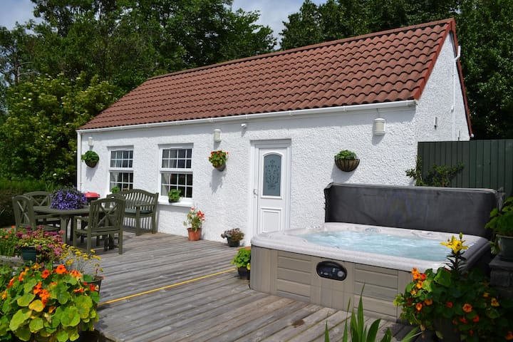 Stunning Studio with Outdoor Hot Tub - Edinburgh - Bungalow