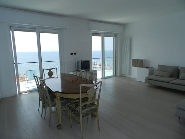 Huge Attic 3 Bedrooms Big Terrace with Sea View - Ospedaletti - Apartment