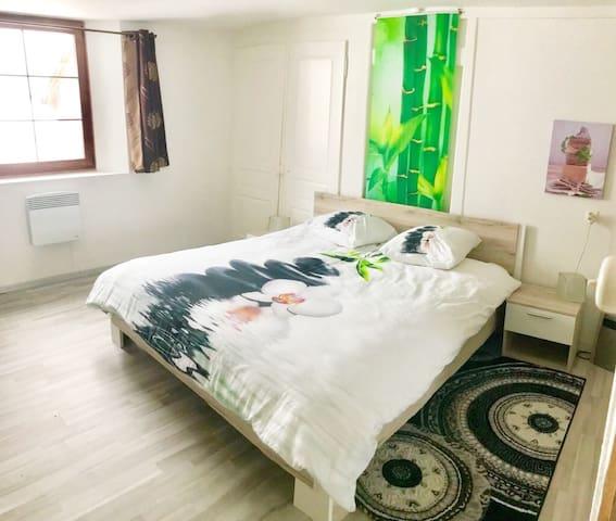 Chambre à coucher à l'étage.Lit 160 cm.