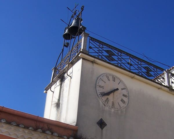 Sott' a r'loggia (Under the clock)
