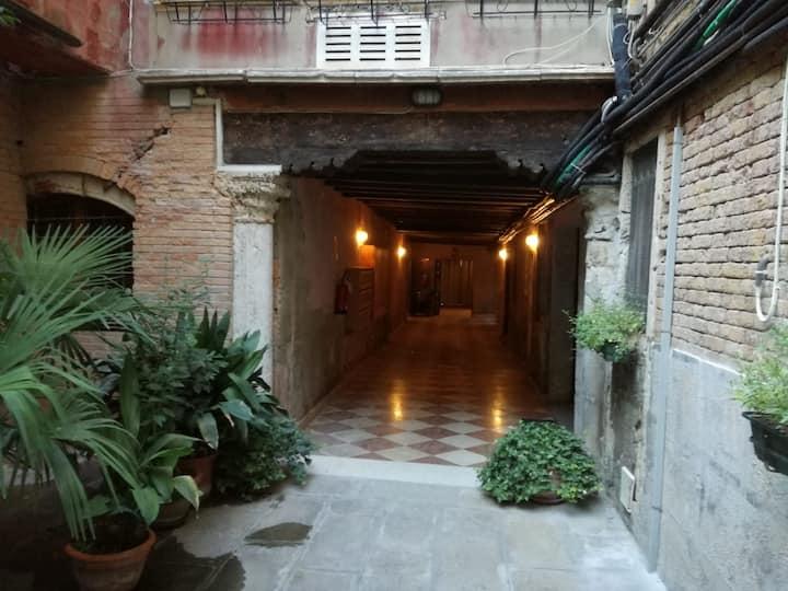 La corte  San Lorenzo near San Marco M0270428318