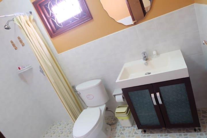 Middle en suite bathroom.