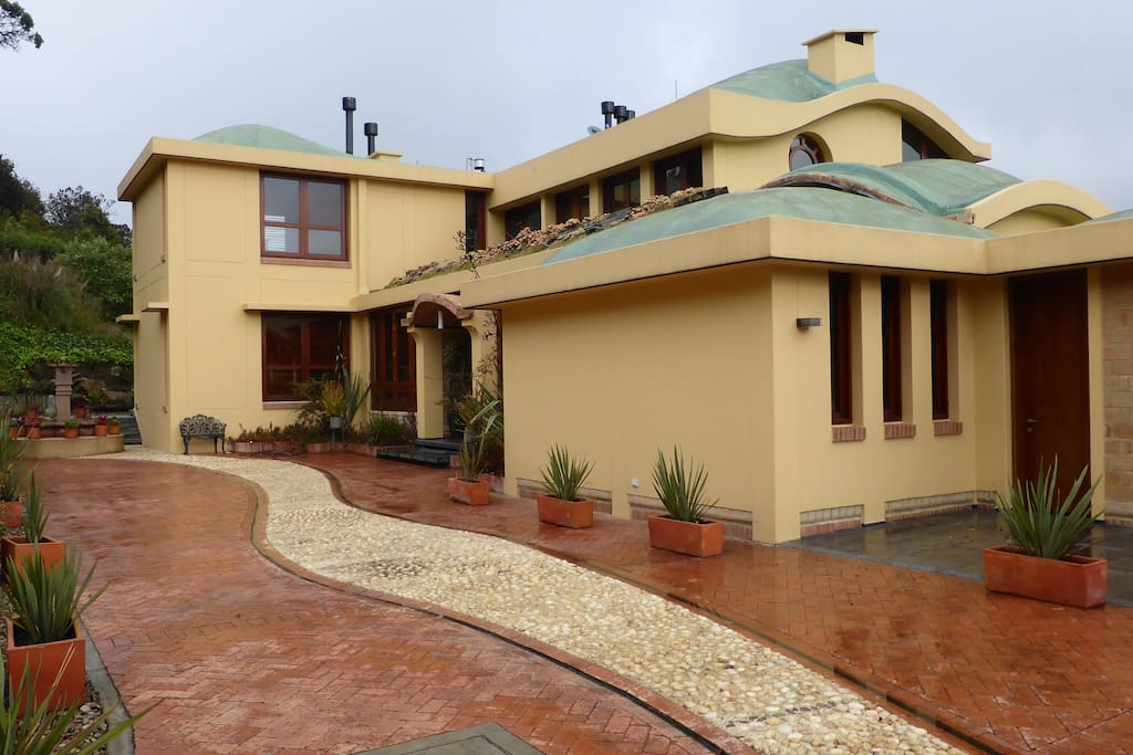 A beautiful adobe villa surrounded by gardens and a spectacular view of the Colombian highlands.