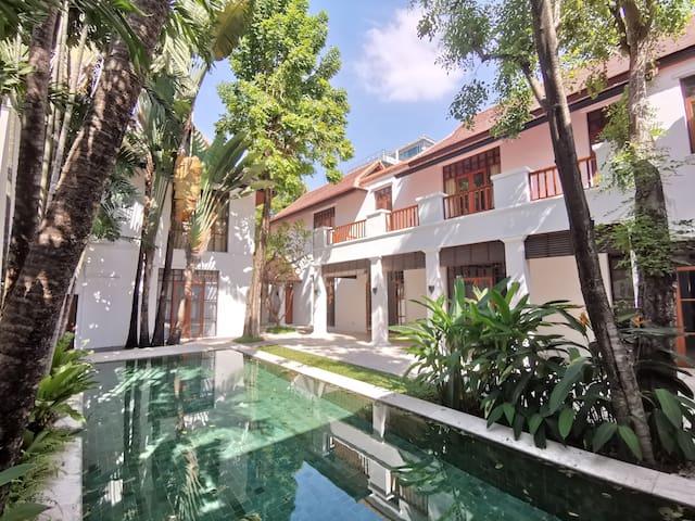Four-bedroom luxury pool villa in Asok district