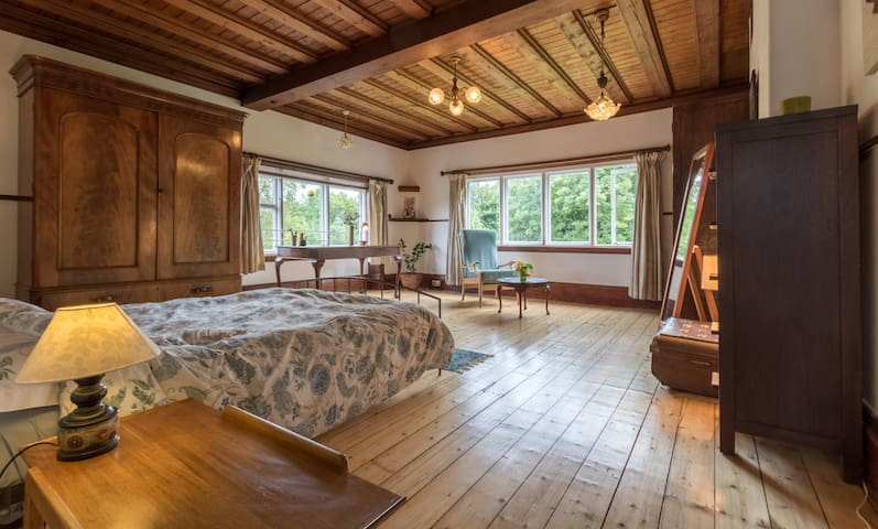 Spacious double room in Arts & Crafts style house.
