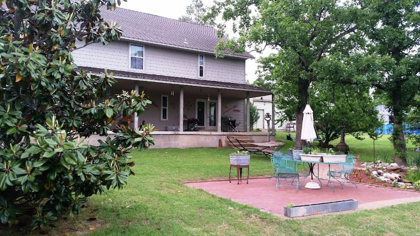 Quiet, peaceful, country home/ Room for 2-Red Room - Claremore - Casa