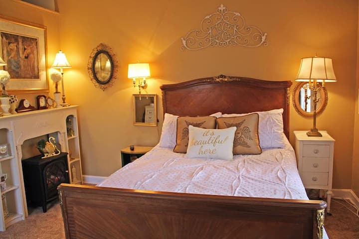 White Wagon Bed and Breakfast: Gold Room