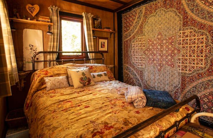 Luxury eco woodland hut & deck Forest Bathing