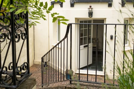 Central- Private Flat/Own Entrance & Free parking!