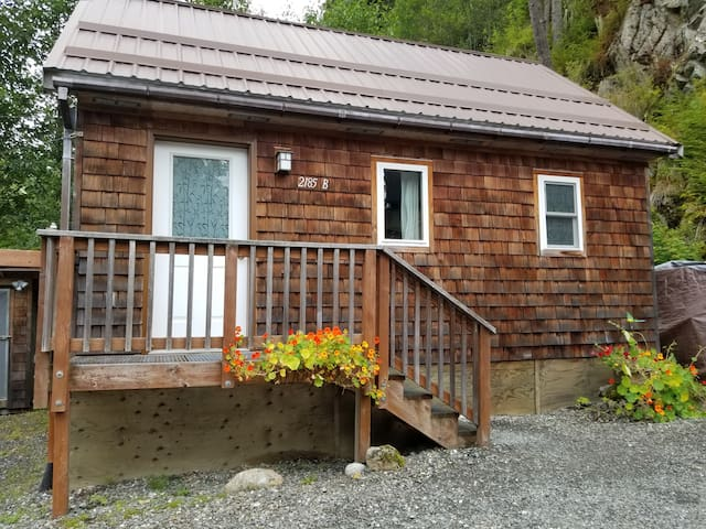 Cute and Cozy Auke Bay Cottage