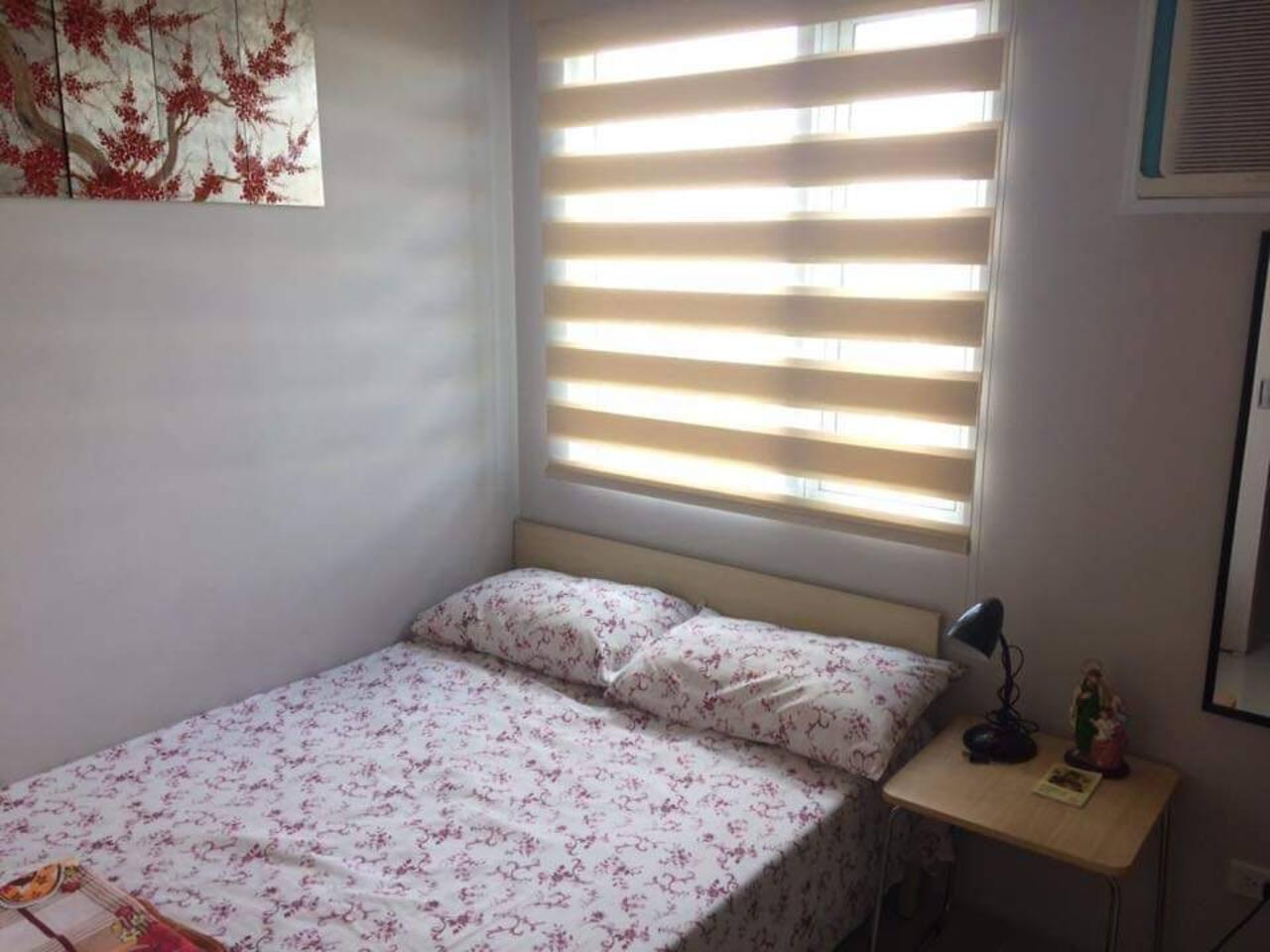 Queen size bed in bedroom