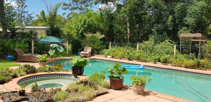 Blue Wren Retreat Overlooking Resort Style Pool