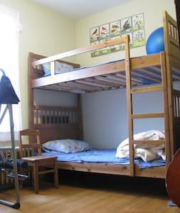 Cozy, Sunny Room w Hardwood Floors - Σπίτι