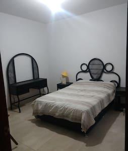 Habitacion cama matrimonial y desayuno incluido.
