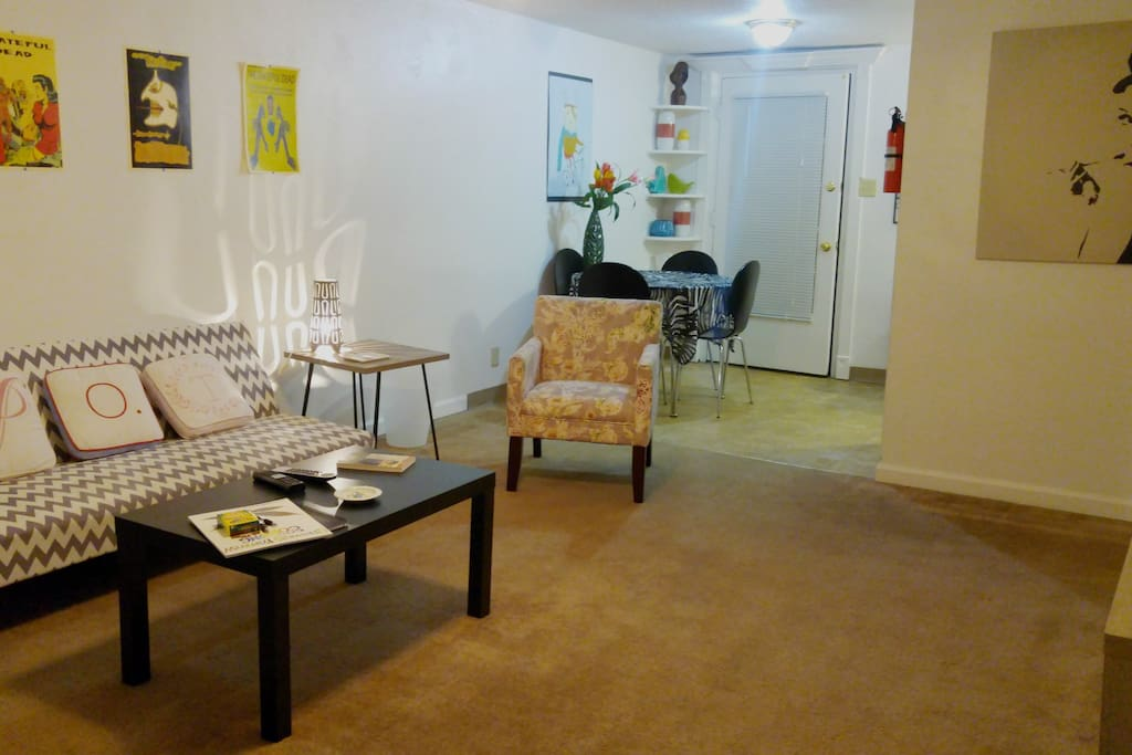 This is a spacious one-bedroom apartment in a fabulous and super-convenient area.