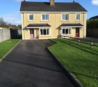 Lovely Townhouse - two minute walk shops - Ballymote - Casa