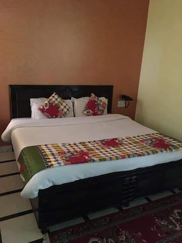 Deluxe Room Near Gurudwar Road