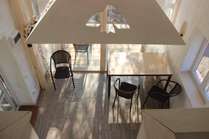 Общая комната с теплым полом, миникухней с холодильником и печью-камином