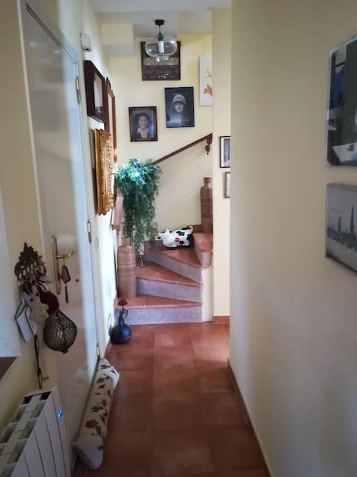 Entrada por la puerta de la casa y subida a las estancias.