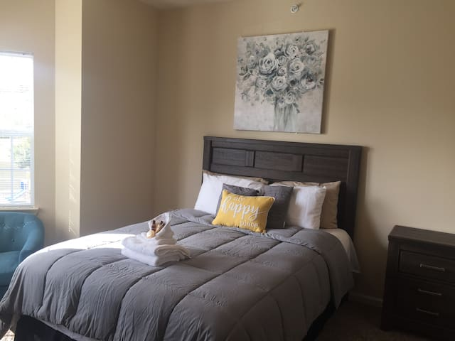 Private comfy room mins from Downtown Macon & I-75