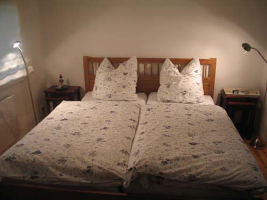 In diesem separaten Schlafzimmer lässt es sich erholsam schlafen.