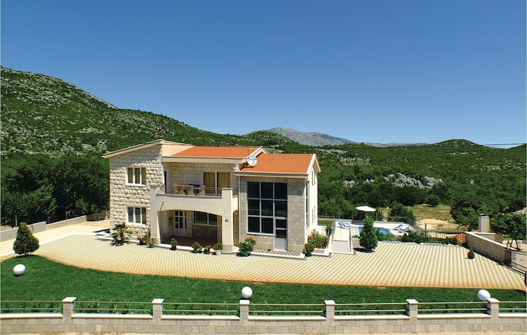 Holiday cottage with 4 bedrooms on 205 m² in Duge Njive