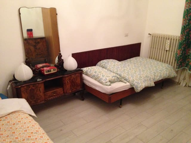 A bed in a shared room, with a breakfast - Melegnano - Byt