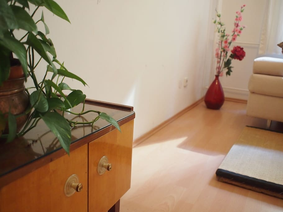 The guest room - feel at home, in this room on ground level in a calm sidestreet on northern Neukölln