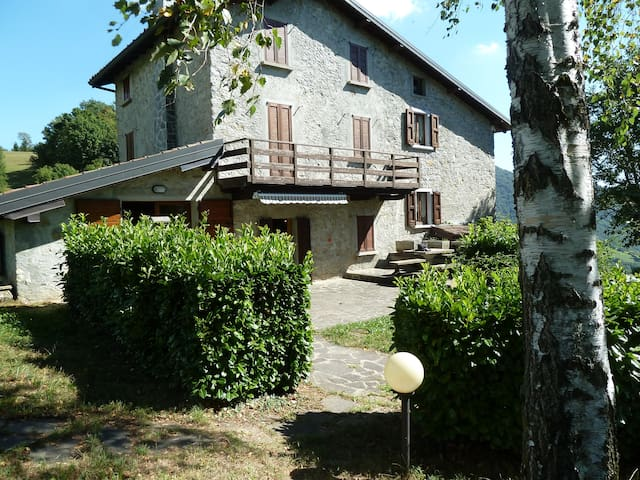 Typical Bergamo Chalet immersed in the greenery - Somendenna - Kabin