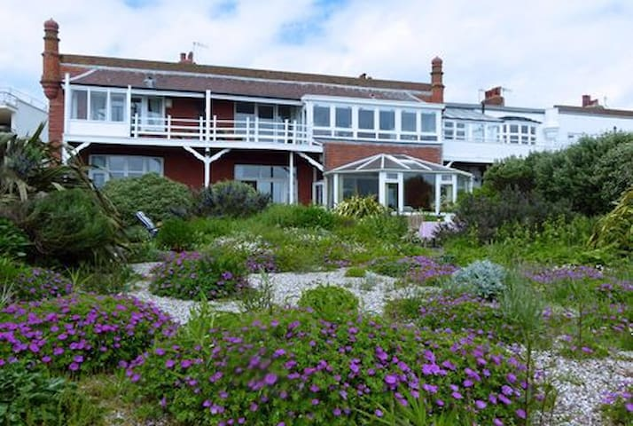 Sunny seafront home with garden and beach access - Bexhill - Apartament