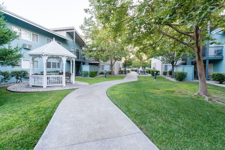 ⭐Conveniently Located Apt⭐5 min walk to UC Davis!
