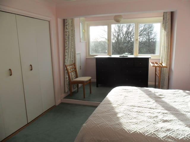Bedroom,bathroom and living room,dogs welcome. - Robertsbridge
