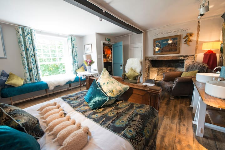 Deluxe Josephine Suite at The Woolpack Inn