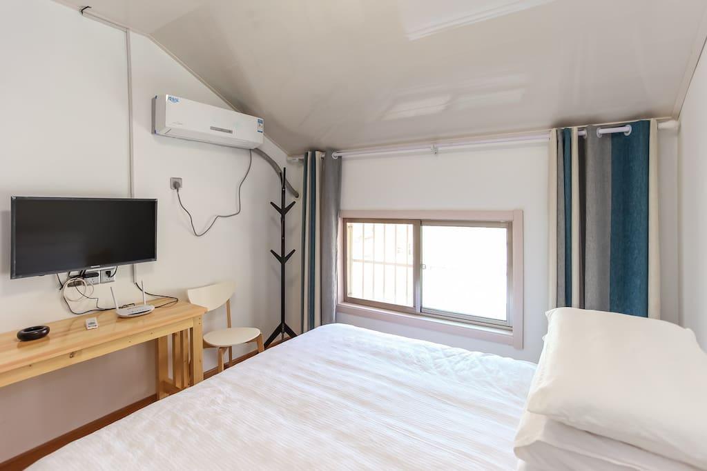 大床房,有电视,空调,独立的卫生间。