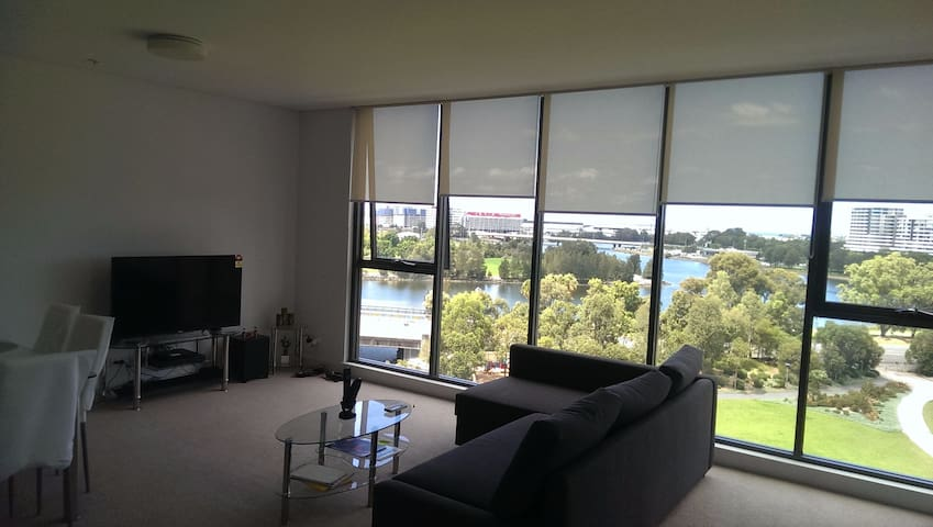 Water and Flight view modern Living!!! - Wolli Creek - Apartment