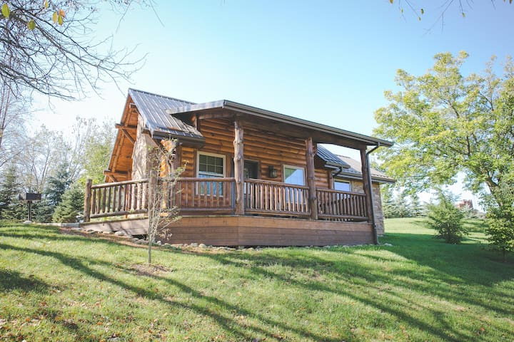 Cozy Cabin Getaway in Ohio's Amish Country - Jacuzzi Tub, Kitchen, and Fireplace