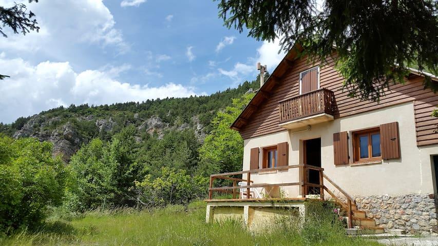 Joli petit chalet près de Valberg - Guillaumes - Alpstuga