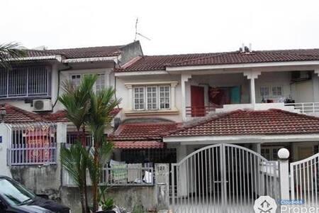 Budget Near Mines, Cheras, CBD - Seri Kembangan - Villa