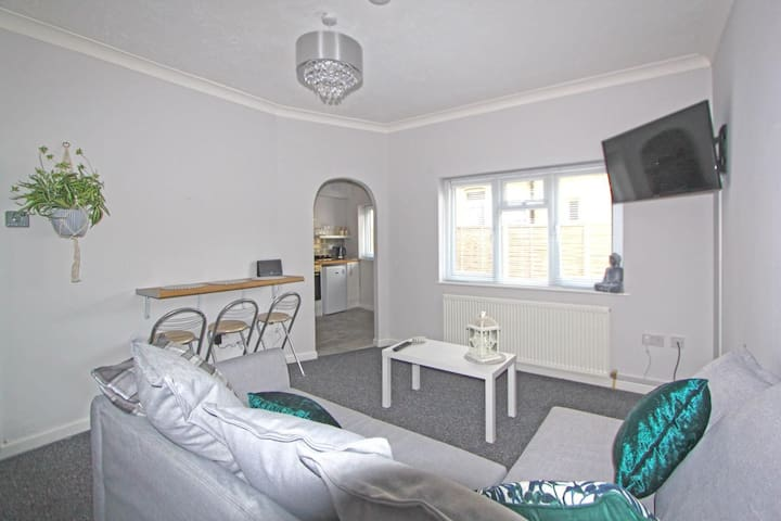 Beautiful refurbished flat next to town centre