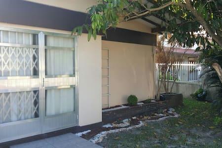 Casa com espacos e quarto dos fundo - Capão Novo - Casa
