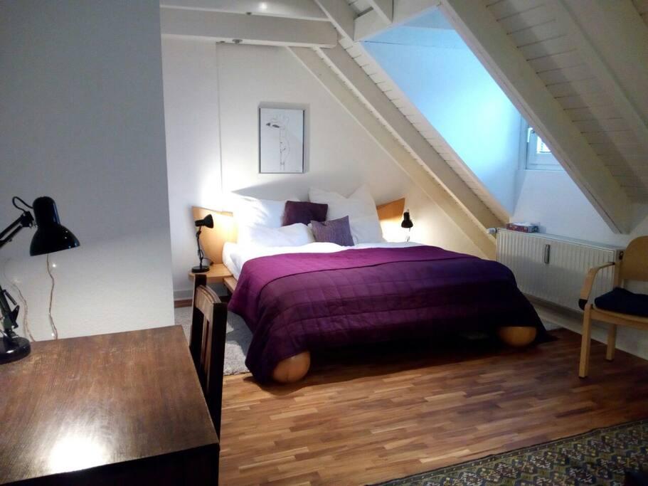Das neue breite Bett mit Top-Matratzen.