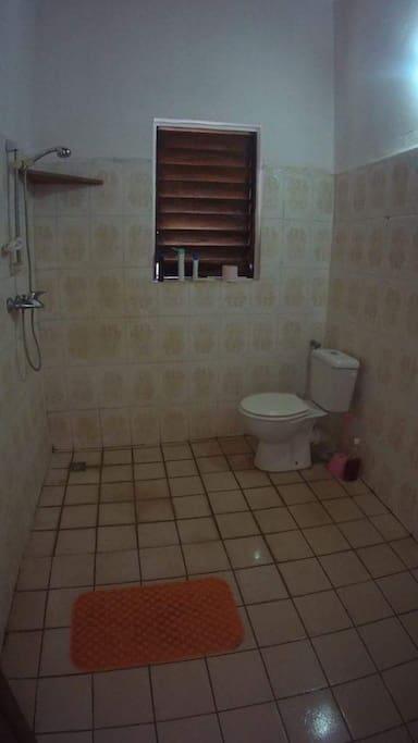 salle d'eau avec douche italienne, lavabo, wc, eau chaude.