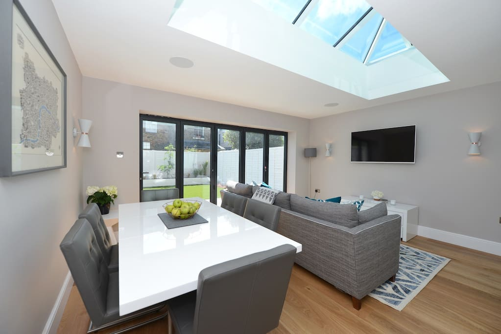 Roof lantern extendable gloss dining table and 6 quilted leather chairs