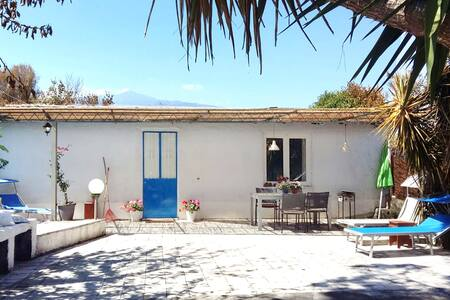 Peaceful & idyllic cottage at the foot of Mt Etna