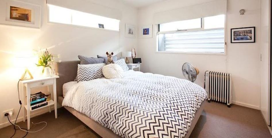 Large queen room + ensuite in South Yarra - South Yarra - House