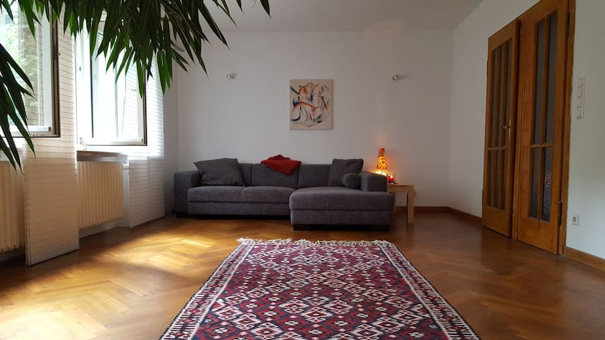 Old city centre by foot: Bright & quiet apartment