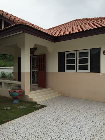 Cozy Mountain Home 2BD for vacation - Sattahip - House
