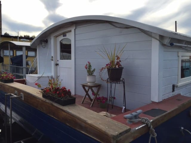 Seattle Houseboat Stay on the Water