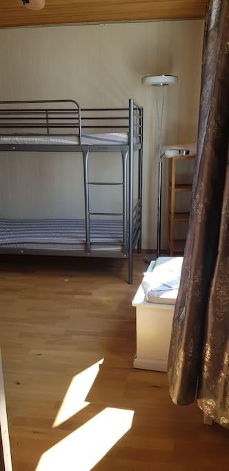 Litet rum. 9kvm. Eftemiddagssol och mörkläggningsgardin. Toalett och dusch en trappa ned. Garderob, byrå och förvarings-/sittmöbel. När kortet togs höll vi på att montera våningssängen.