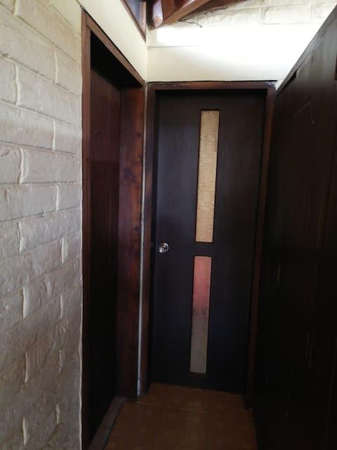 Acogedor dormitorio con baño incluido